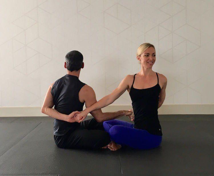 TOKO ALAT FITNESS ARTIKEL 9 POSE YOGA DILAKUKAN DENGAN PASANGAN 7 - 9 Pose Yoga Ini Bisa Dilakukan Bareng Pasangan!